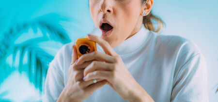 Photo pour Woman using Spirometer, Measuring Lung Capacity and Force Expiratory Volume - image libre de droit