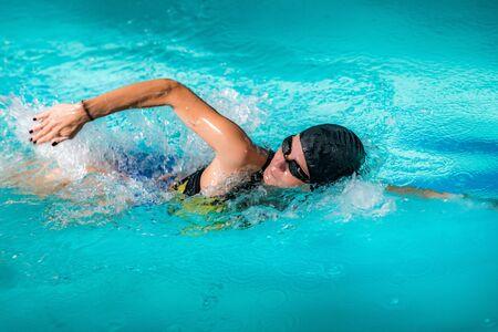 Photo pour Woman Swimming in The Swimming Pool. - image libre de droit