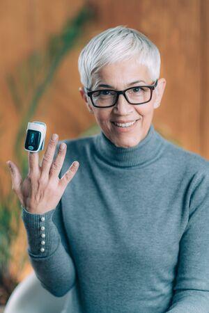 Photo pour Using Pulse Oximeter at Home to Test Oxygen Level in Blood - image libre de droit