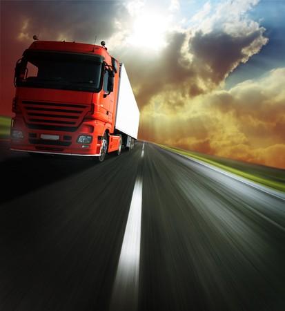 Photo pour Heavy truck on blurry asphalt road under sunlight - image libre de droit