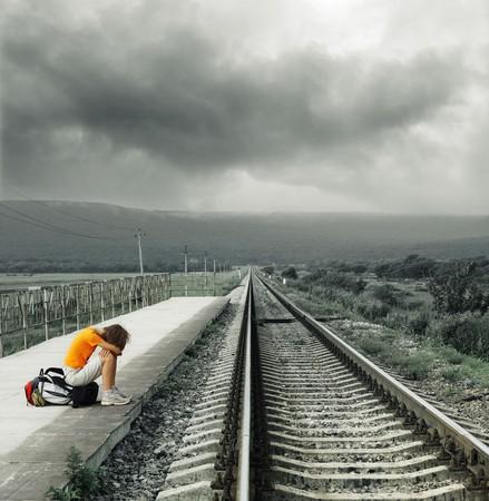 Photo pour Young woman waiting train on station - image libre de droit