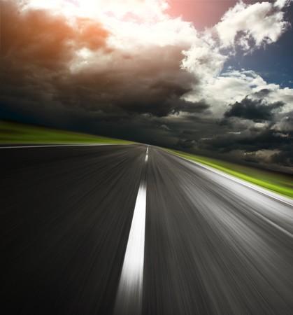 Foto de Empty asphalt road and cloudy sky with sunlight - Imagen libre de derechos