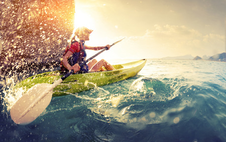 Photo pour Woman with the kayak - image libre de droit