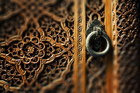 Photo pour Ancient wooden door and metal ring handle - image libre de droit