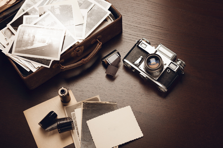 Foto de Case with old black and white photographs, film camera and film reels; blank card on foreground (all photos are mine) - Imagen libre de derechos