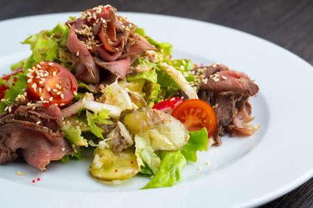 Photo pour Beef salad, Spicy salad of roasted beef, Thai style food, Thai beef salad spicy dish. - image libre de droit
