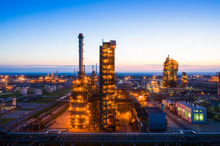 Photo pour Oil refinery plant industry, Refinery factory. oil storage tank, rectification column and pipeline against the backdrop of sunset in summer, Russia. - image libre de droit