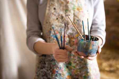 Foto de Closeup of female artist hand holding paintbrush - Imagen libre de derechos