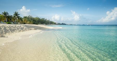 Photo pour Seven Mile Beach on Grand Cayman island, Cayman Islands - image libre de droit