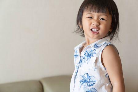 Photo pour Portrait of little girl is smile. Asian kid concept. - image libre de droit