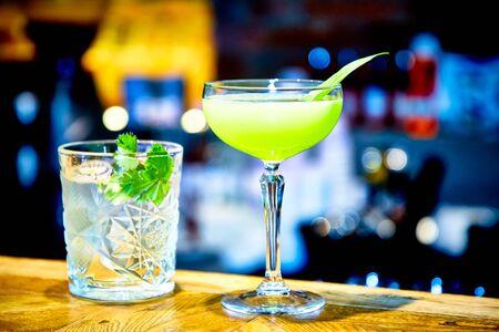 Photo pour Bright green cocktail, a good idea to celebrate St. Patrick's Day - image libre de droit