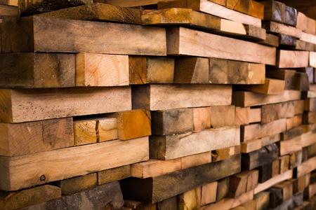 Photo pour Evenly stacked a lot of wooden building beams - image libre de droit