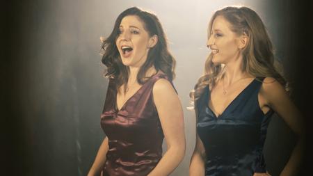 Foto de Two Beautiful opera singer girl. 4k Portrait close up of the artist singer. - Imagen libre de derechos