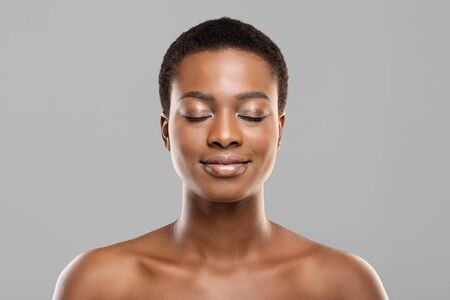 Photo pour Naked beauty. Portrait of beautiful nude african american girl with closed eyes, natural makeup and perfect skin - image libre de droit