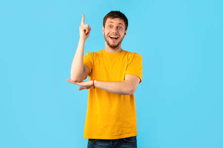 Photo pour I Have An Idea Concept. Young Funny Man Pointing Finger Up. Excited Guy Knows Answer, Got Solution To His Problem, Having Aha Moment Or Inspiration, Isolated On Blue Studio Background. Wow, Eureka - image libre de droit