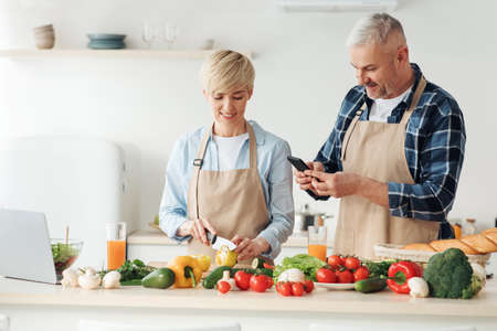 Photo pour Cook delicious meal together, healthy eating and vegetarian dish - image libre de droit