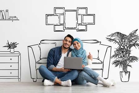 Foto für Happy muslim family sitting on floor with laptop - Lizenzfreies Bild