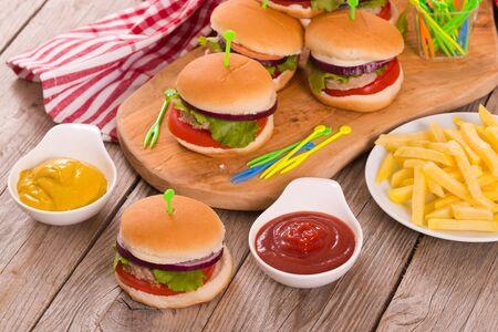 Photo pour Mini burgers. - image libre de droit