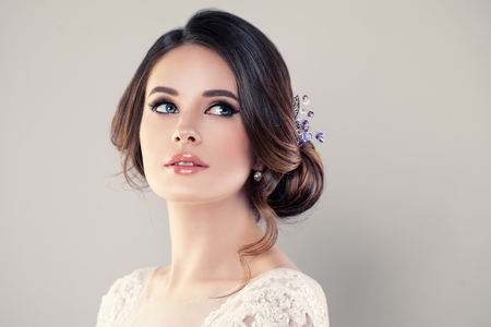 Foto de Perfect Fashion Model Woman with Beautiful Hairstyle. Prom or Bride Girl - Imagen libre de derechos