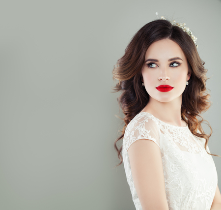 Foto de Perfect young woman bride with trendy makeup and bridal hairstyle. Pretty woman fiancee, classic style look - Imagen libre de derechos