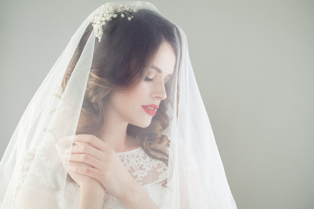 Foto de Gorgeous woman bride in romantic veil, fashion beauty portrait - Imagen libre de derechos