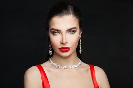 Photo pour Glamorous brunette woman with jewelry diamond necklace and earrings, fashion portrait - image libre de droit