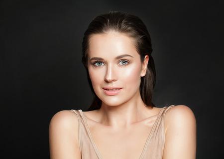 Foto de Portrait of beautiful smiling woman with clear skin - Imagen libre de derechos