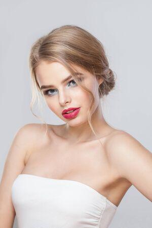 Foto de Fashion woman on white wall background - Imagen libre de derechos