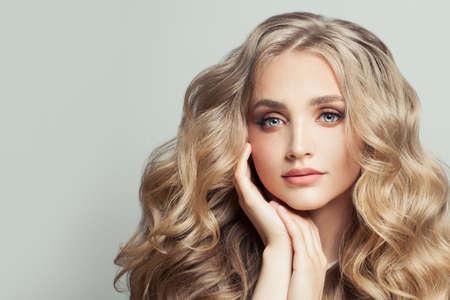 Photo pour Perfect blonde woman with long healthy curly hair - image libre de droit