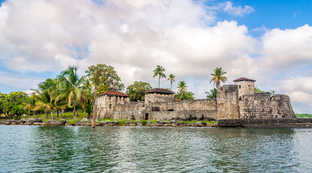 Photo pour Spanish colonial fort San Felipe de Lara at Lake Izabal - Guatemala - image libre de droit