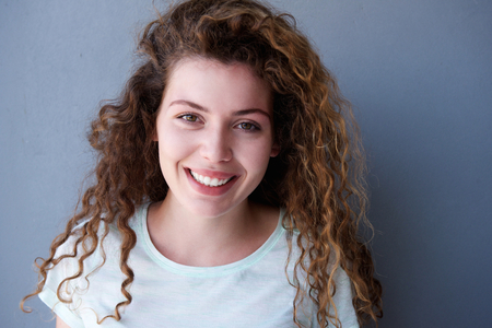 Photo pour Close up portrait of happy and healthy teen girl with curly hair - image libre de droit