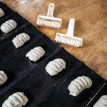 Photo pour Sweet buns from raw dough on a baking sheet, background - image libre de droit