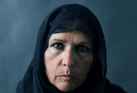 Foto de Dramatic sombre portrait of a muslim woman - Imagen libre de derechos