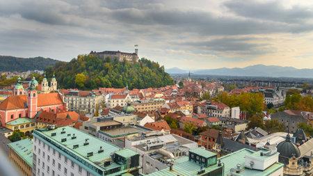 Foto de Aerial view of Ljubljana city center with Ljubljanas castle in Slovenia - Imagen libre de derechos