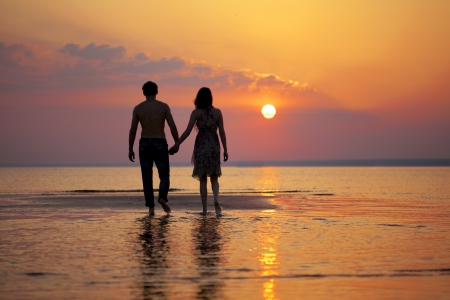 Photo pour The image of two people in love at sunset - image libre de droit