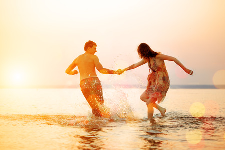 Photo pour Summer fun holyday on beach background. Couple in love in beach party. Summer scene about sunset sky. - image libre de droit
