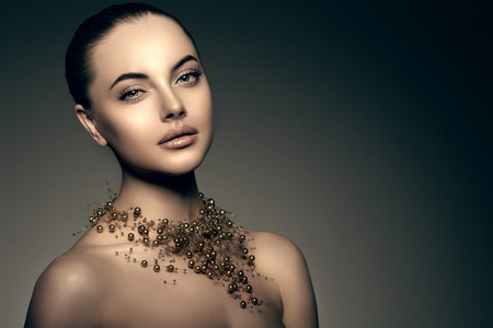 Foto per High-fashion Model Girl. Beauty Woman high fashion Vogue Style Portrait of beautiful fashionable girl Luxury lady with precious jewelery of pearls around her neck, necklace  Stylish Makeup,  Make up Perfect skin, eyes and lips - Immagine Royalty Free