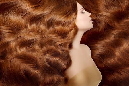Photo pour Woman with long red hair. - image libre de droit