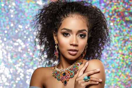Photo pour Beautiful model girl with set of Jewelry. Luxury girl in shine jewellry: Eearrings, Necklace, and Ring. Woman in jewelry from Gold, Precious Stones, Siamonds. Beauty and accessories. - image libre de droit