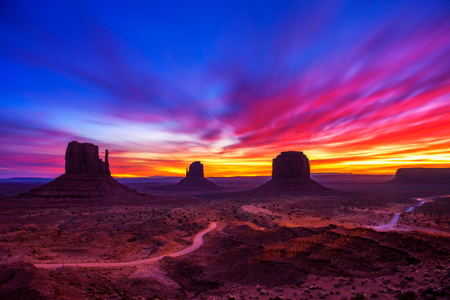 Photo pour Sunrise over Monument Valley, Arizona, USA - image libre de droit