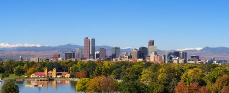 Foto de Skyline of Denver downtown with Rocky Mountains - Imagen libre de derechos