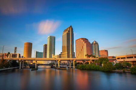 Photo pour Tampa skyline at sunset with Hillsborough river in the foreground - image libre de droit