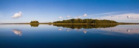 Foto de beautiful forest at the gulf coast. Gulf of Finland.  - Imagen libre de derechos