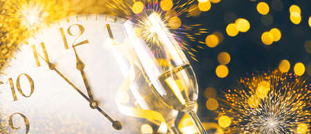 Photo pour New year eve celebration with champagne flutes and midnight countdown  on golden firework bokeh background. Christmas party with blur confetti glitter, classy drink and vintage clock. - image libre de droit