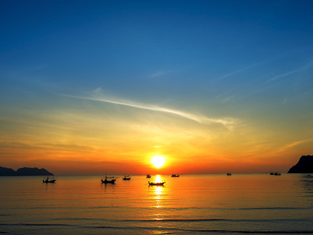 Photo pour silhouette of fisher man's boats on the tropical sea with coloful sunrise on the sky - image libre de droit