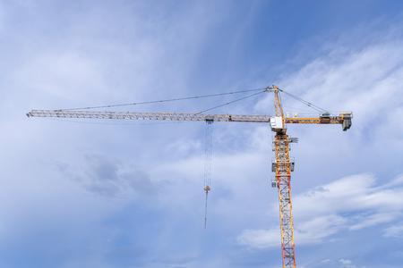 Photo pour Large crane and new development - image libre de droit