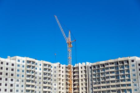 Photo pour New highrise building and industrial cranes - image libre de droit