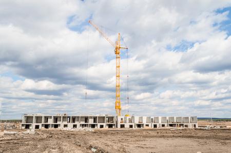Photo pour Column crane and new multi-storey building - image libre de droit