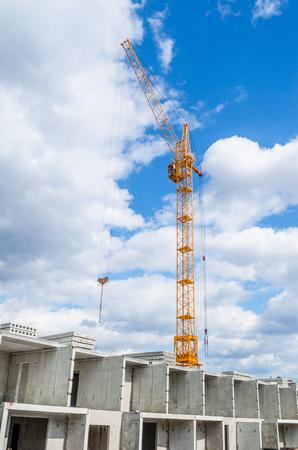 Photo pour Highrise cranes and multistorey housing - image libre de droit