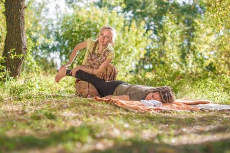 Foto de Master massage therapist thuroughly massages a girl in the daylight. - Imagen libre de derechos